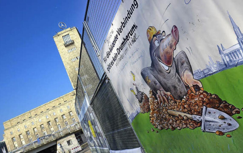 Ein Baustellenzaun steht  vor dem Hauptbahnhof in Stuttgart.   | Foto: dpa