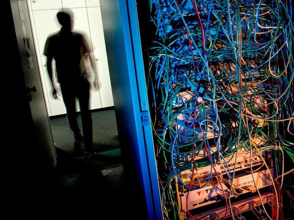 Serverschrank mit Netzwerkkabeln:Jederzeit durch die NSA zu knacken?