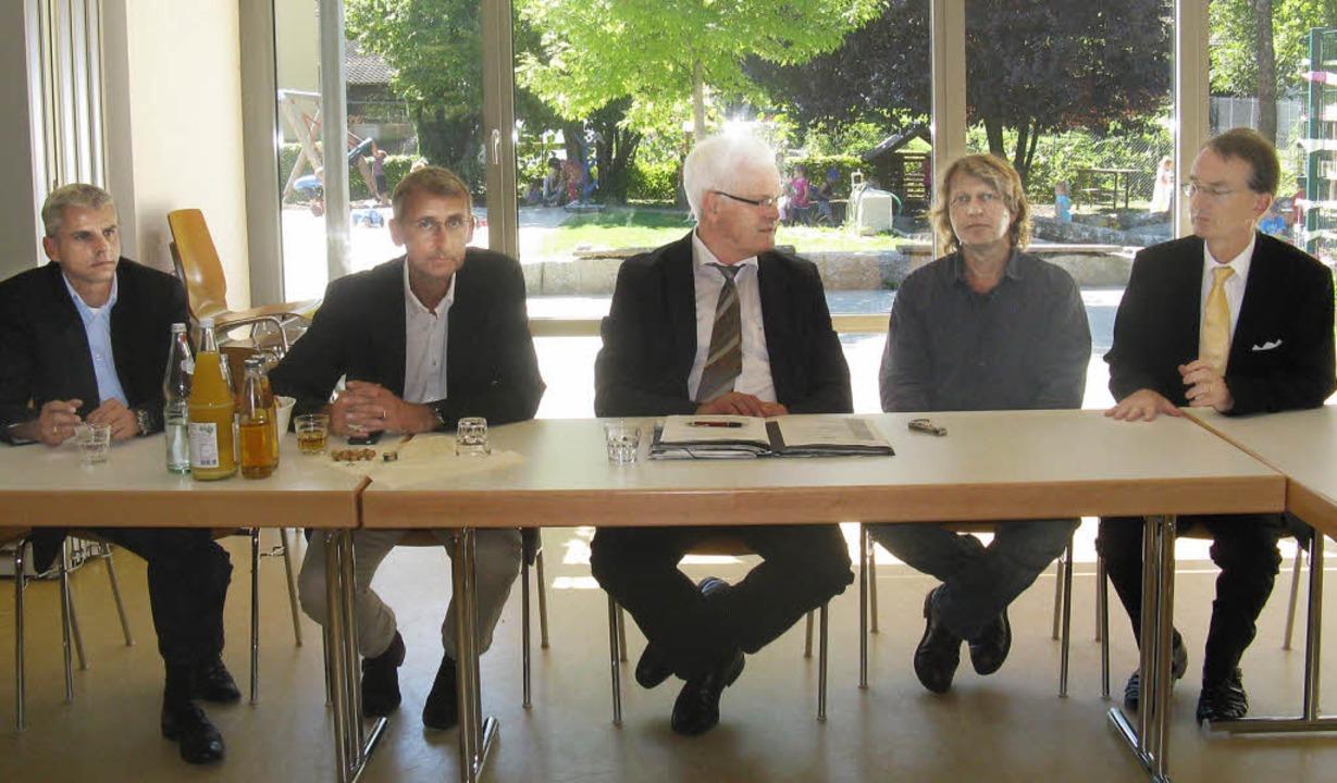 Hoher Besuch: Gesprächsrunde in der Ki...chuster und Patrick Rapp (von rechts).  | Foto: D. Möller-Barbian