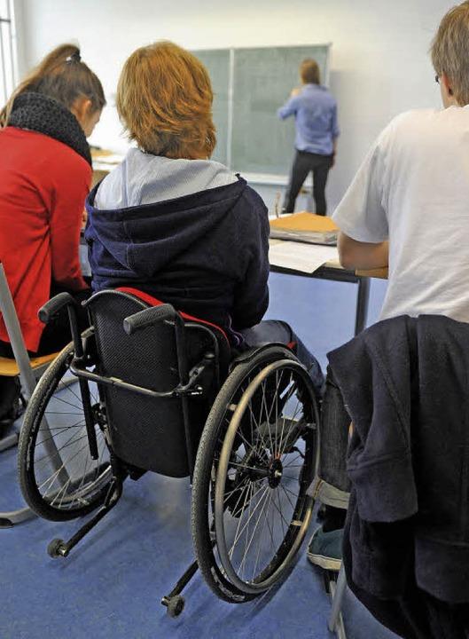 Gemeinsam lernen: körperbehindertes Mädchen mit Mitschülern  | Foto: dpa