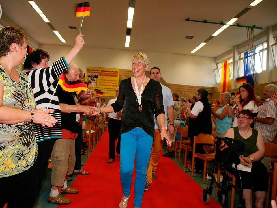 Ganz Mahlberg begrüßt seine Goldmedaillengewinnerin Christina Obergföll.    Foto: Sandra Decoux-Kone