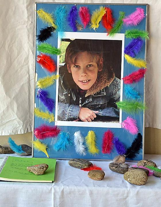 Ein Foto, Gedenksteine und ein Kondole...trauert um den Schüler Patrick Lenski.    Foto: agnes pohrt