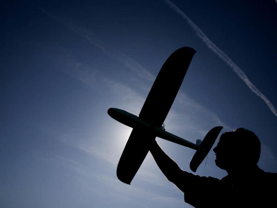 Ein Modellflugzeug als Träger eines Sp...der rechtsextremen Szene. (Symbolbild)  | Foto: dpa
