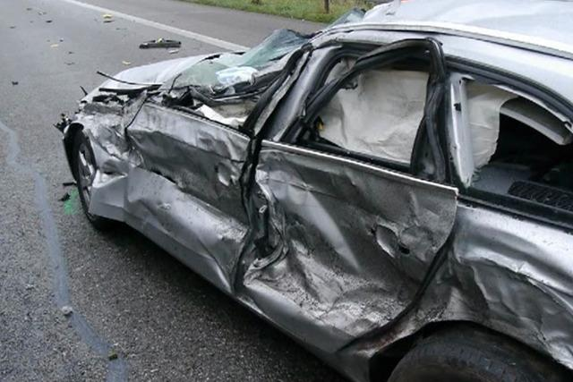 40-Tonner durchbricht Leitplanke – ein Schwerverletzter