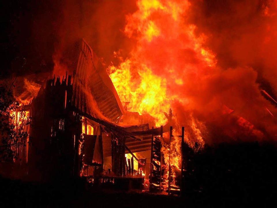 Im August 2012 verbrannte auf dem Gelä... Utensilien des  Narrennestes Algerio.    Foto: Feuerwehr Breisach