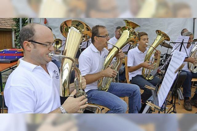 Viel Blasmusik und ein bunter Markt lockten Gäste