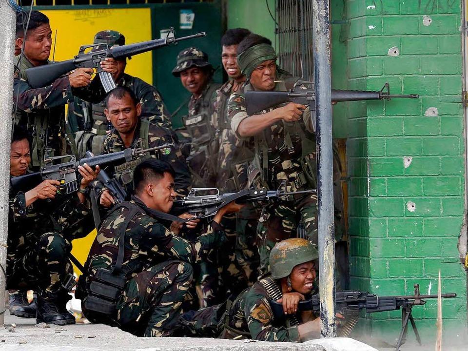 Philippinische Soldaten haben Stellung gegen  Rebellen bezogen.   | Foto: DPA