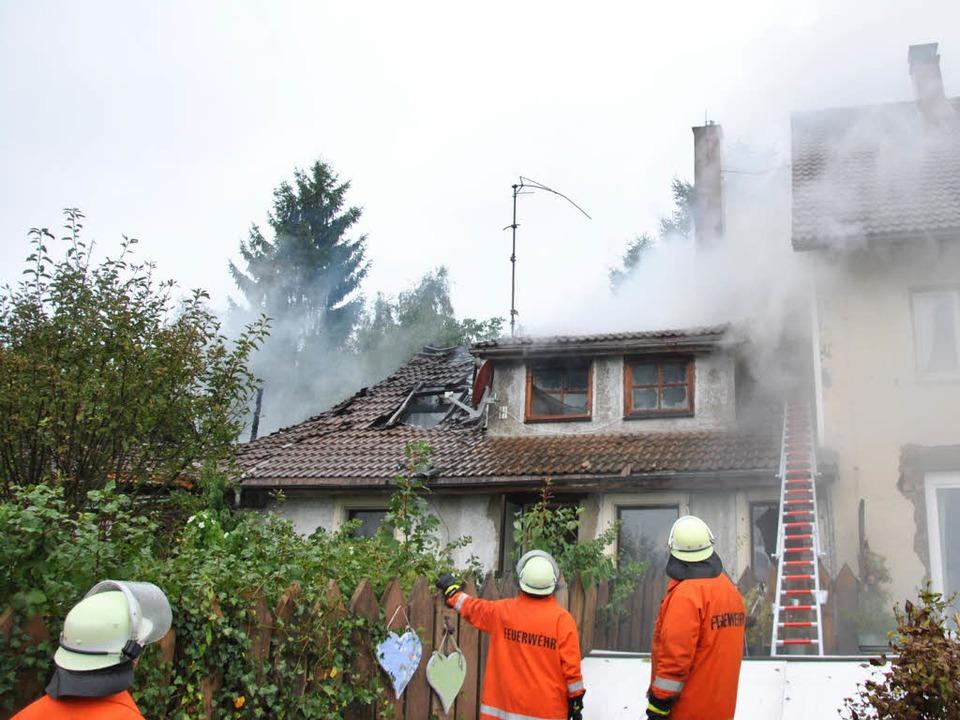 Die  Hälfte eines Doppelhauses  im Bil...e am Donnerstag ein Raub der Flammen.   | Foto: Ralph Fautz