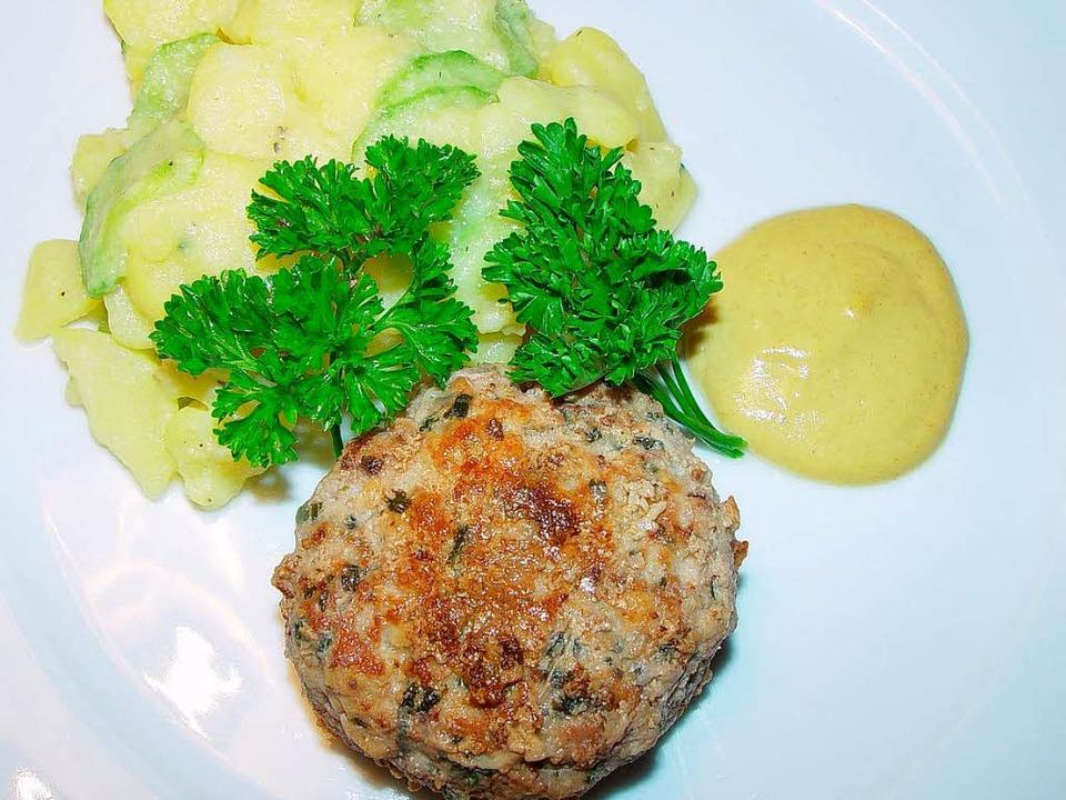 Berliner Klassiker: Buletten mit Kartoffel-Gurken-Salat   | Foto: stechl