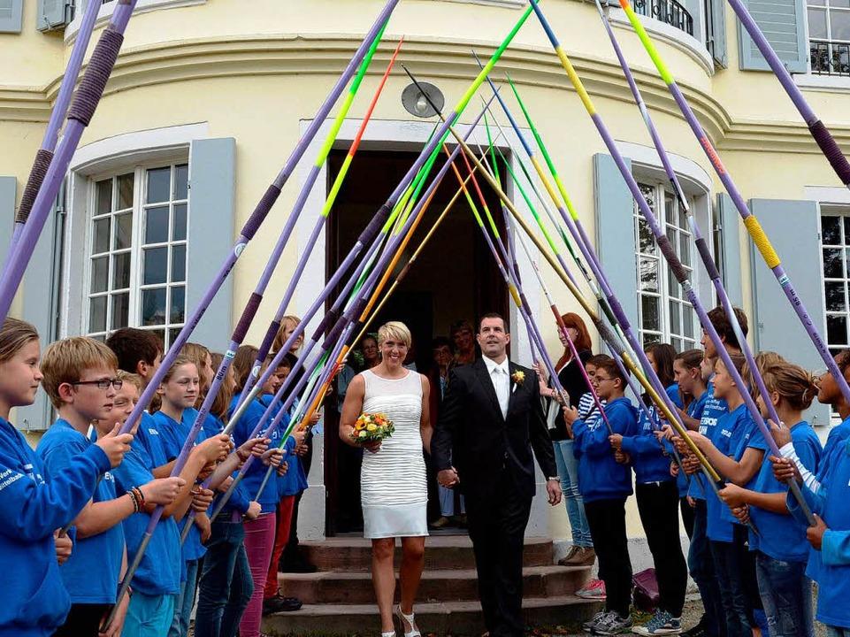Die frisch Vermählten wurde mit einem Spalier aus Speeren begrüßt.  | Foto: dpa