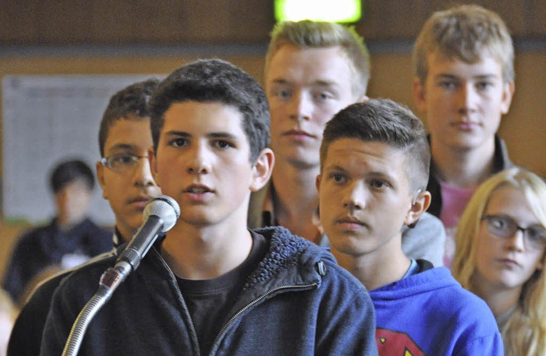 Jugendliche fragen Politiker bei der Podiumsdiskussion in Kirchzarten.  | Foto: Jacqueline Grundig