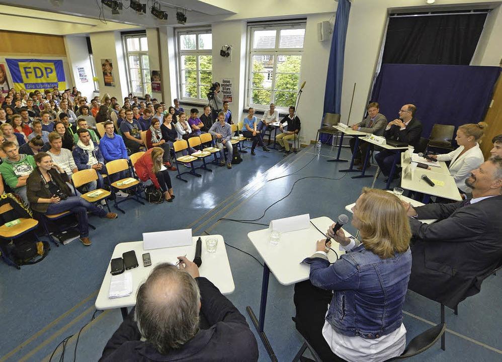 Schüler fragen, Kandidaten antworten im Goethe-Gymnasium.  | Foto: Michael Bamberger