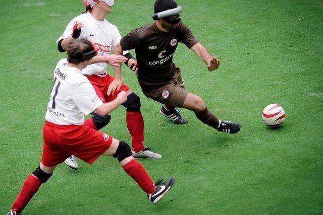 Blindenfußball: Immer dem Rasseln nach