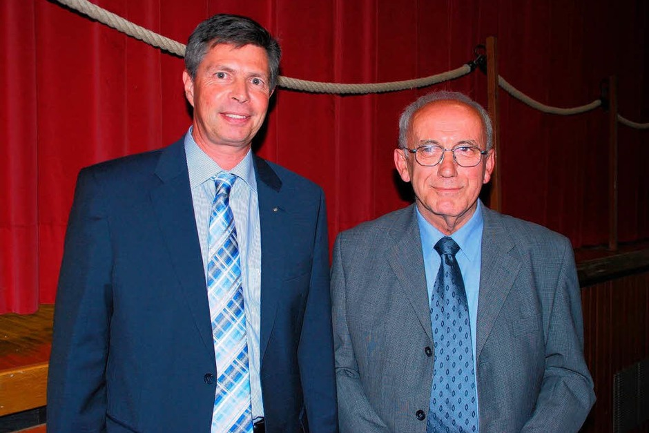 Bürgermeister Christof Nitz gratuliert Ortsvorsteher Oswald. (Foto: Edgar Steinfelder)