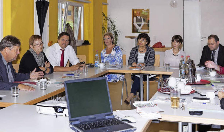 Oberbürgermeister Richard Leibinger (l...inks), wie Integration gelingen kann.     Foto: Gabriele Zahn