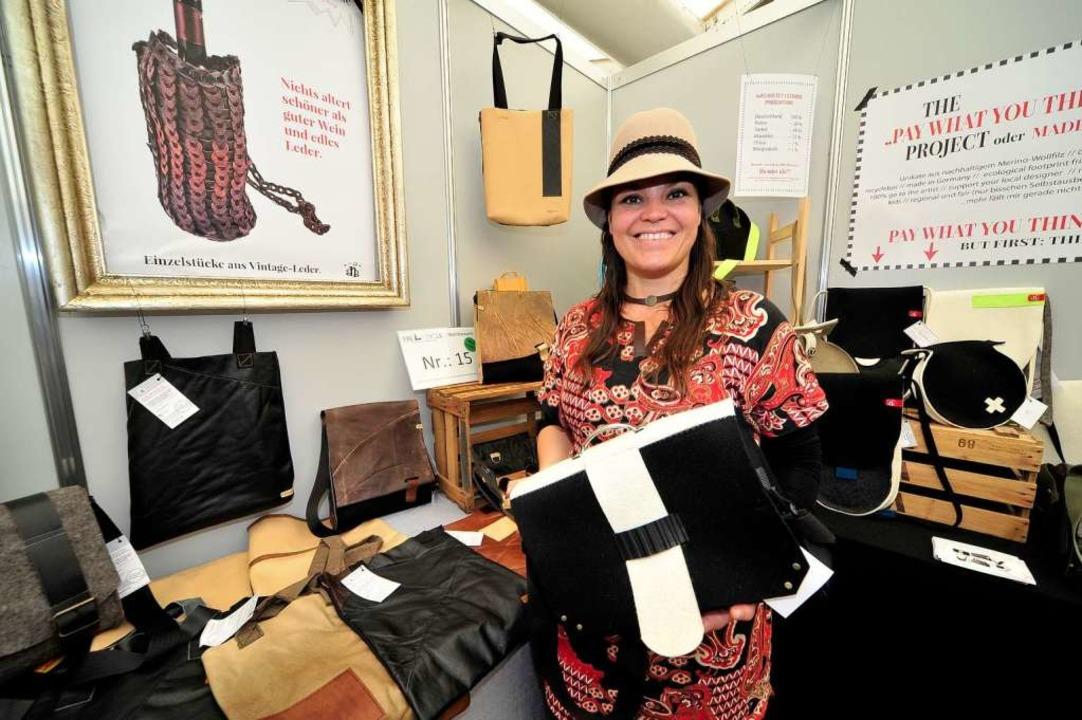 Anja Filipp stellt aus altem Leder und...erialien neue Taschen und Schmuck her.  | Foto: Thomas Kunz