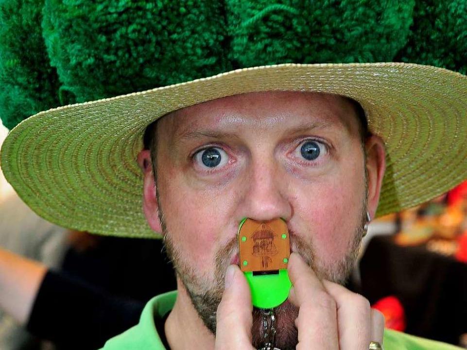 Bernd Kaltenbach präsentiert auf der B...esse die von ihm kreierte Nasenpfeife.  | Foto: Thomas Kunz