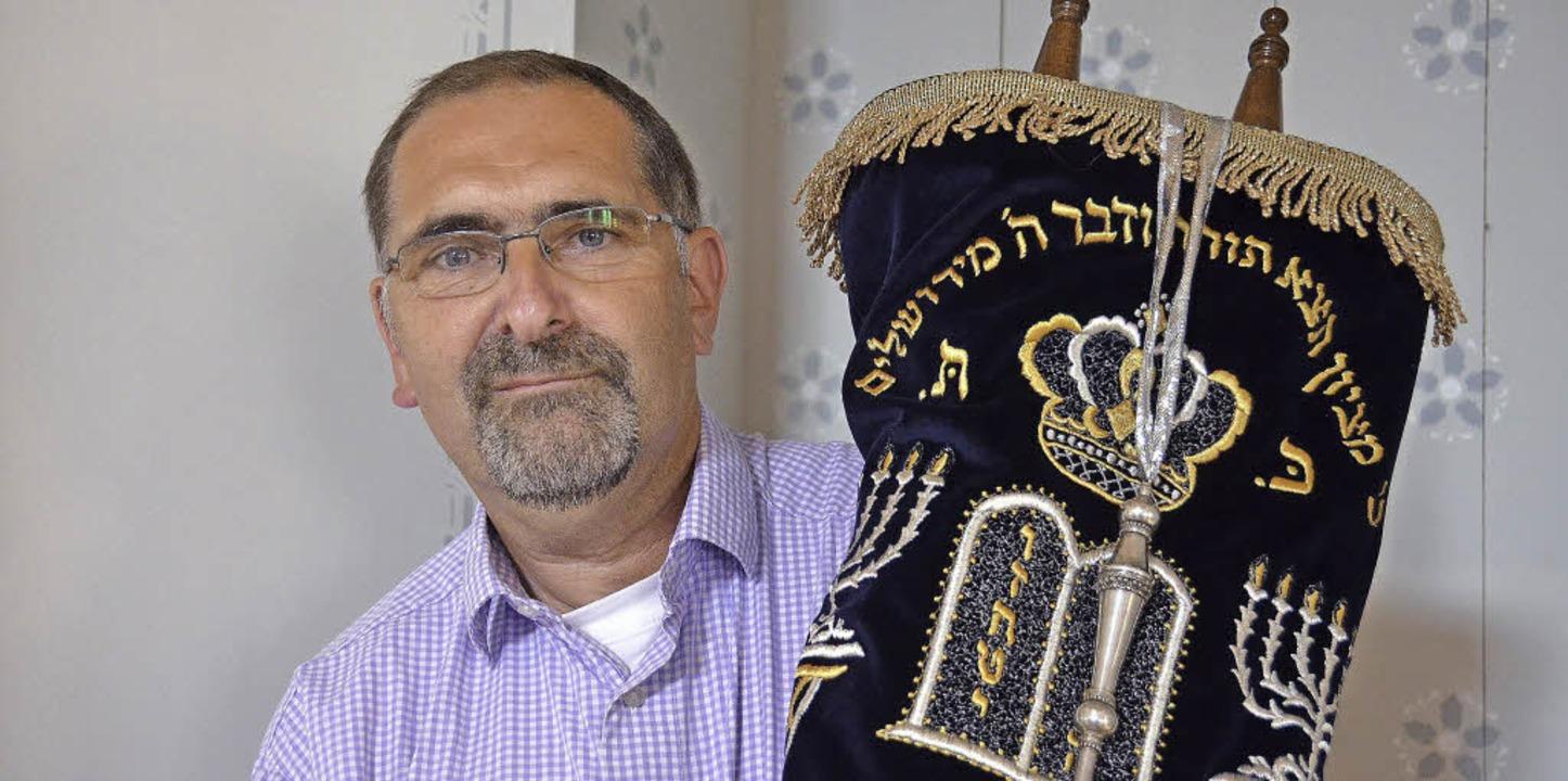 Richard Ernst, Vorstandsmitglied von Gescha Freiburg, mit den Tora-Rollen     Foto: martin pfefferle