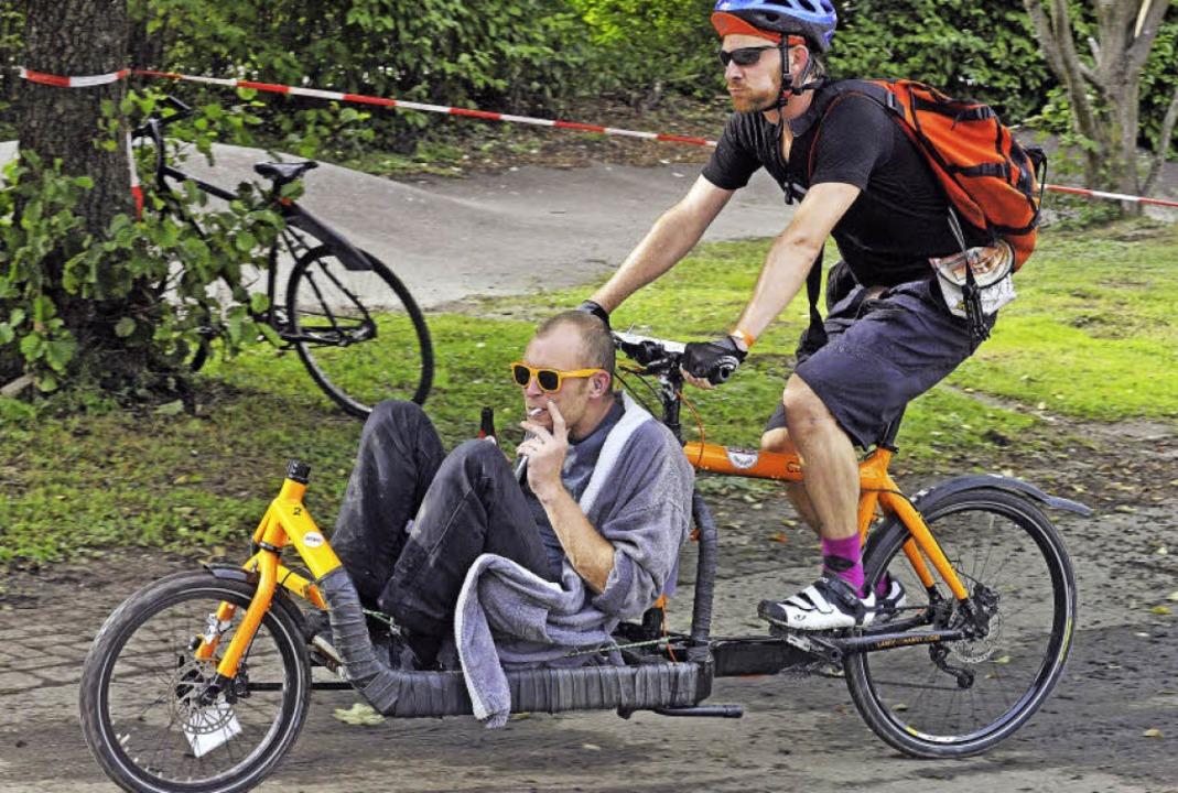 Der eine schnauft, der andere raucht: ...r mal das Knie vom rechten Radler an.   | Foto: Michael Bamberger