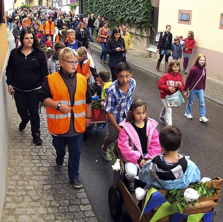 Im Bollerwagen wurden die Eichstetter ... auf der Schulhoftreppe versammelten.   | Foto: horst david