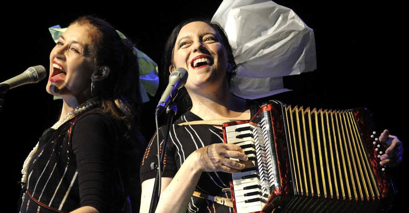 Sina (links) und Erika Stucky bei ihrem Freiburger Auftritt  | Foto: Wolfgang Grabherr
