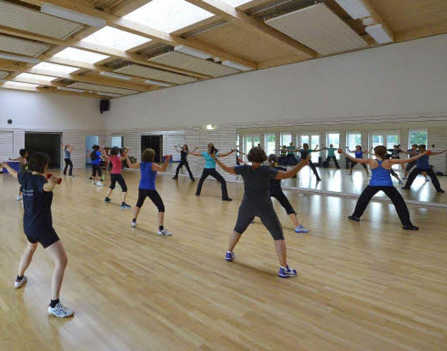 Im Fitnesskurs sind die Teilnehmerinnen richtig gefordert.  | Foto: Michael Bamberger