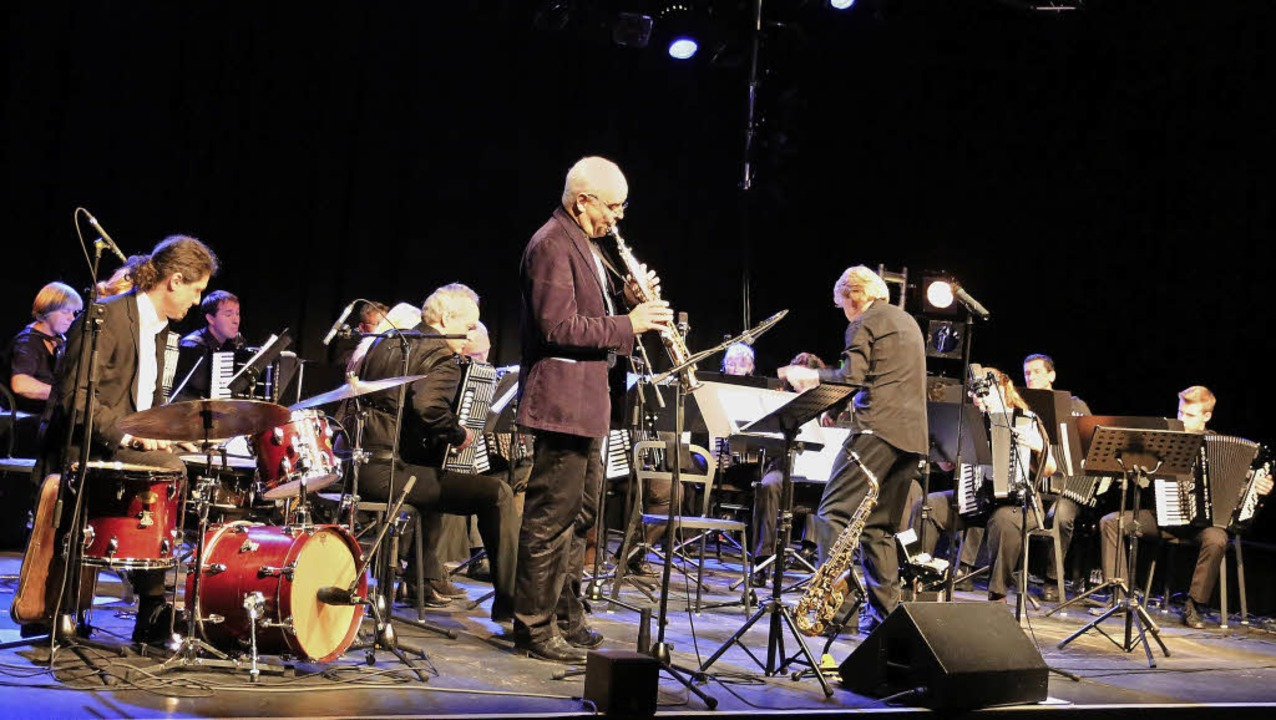 Drummer Matthias Daneck, Saxophonist M...nd das Freiburger Akkordeon-Orchester   | Foto: Oliver Heil