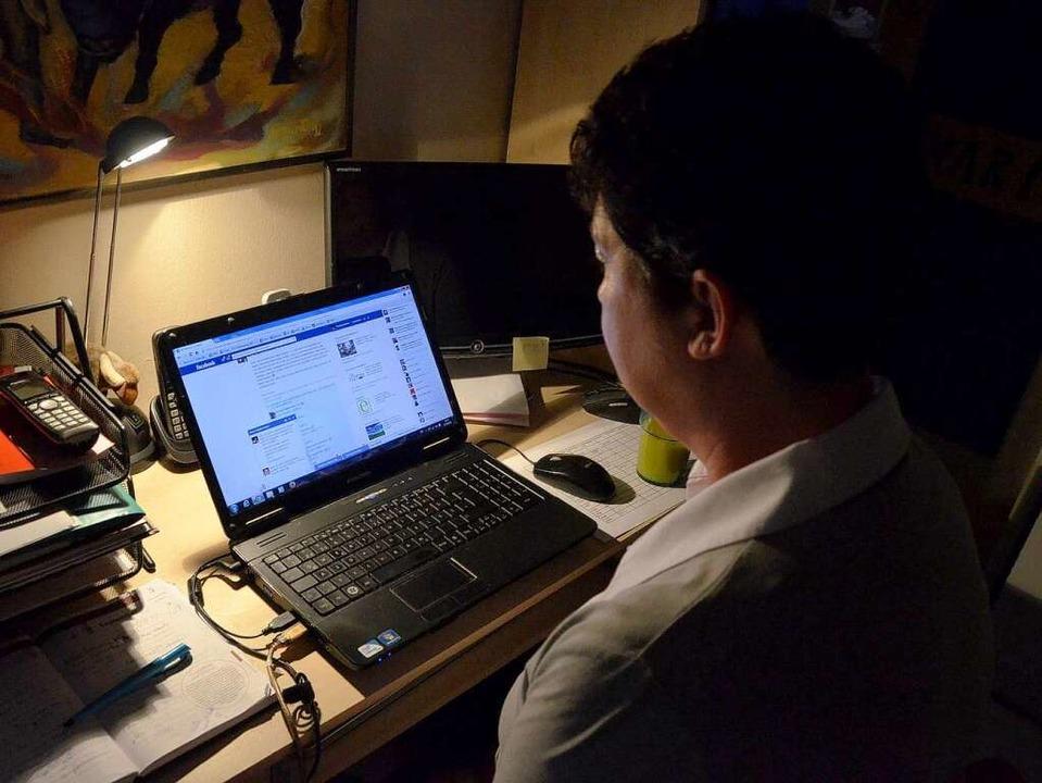 Mehrere Stunden pro Tag chattet Monika Beisler im Internet.   | Foto: Zeller