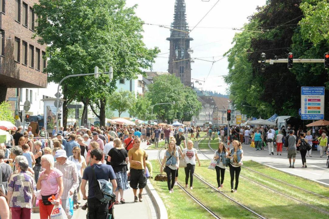 Beliebt: der Flohmarkt in der Habsburg...and und zuletzt 15.000 Besucher anzog.  | Foto: Rita Eggstein