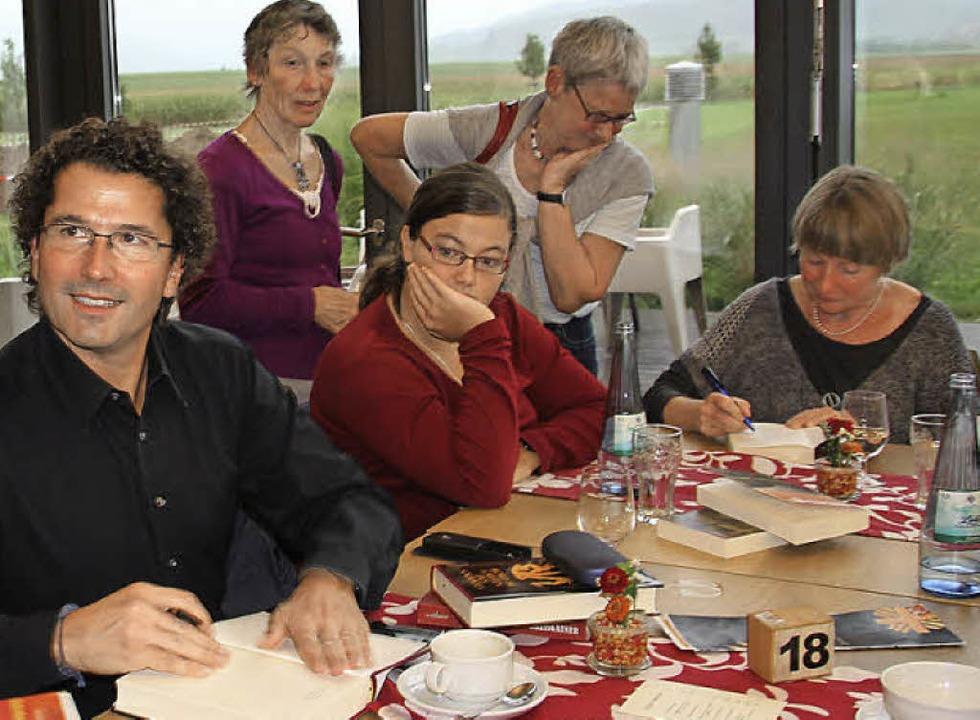 Signierte Bücher von Sascha Berst und ...s) waren nach der Lesung sehr begehrt.  | Foto: sabine model