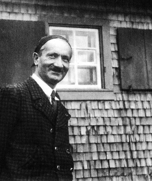 Heidegger vor seiner Todtnauberger Hütte  | Foto: bz