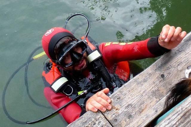DLRG fischt Ehering aus dem Rhein