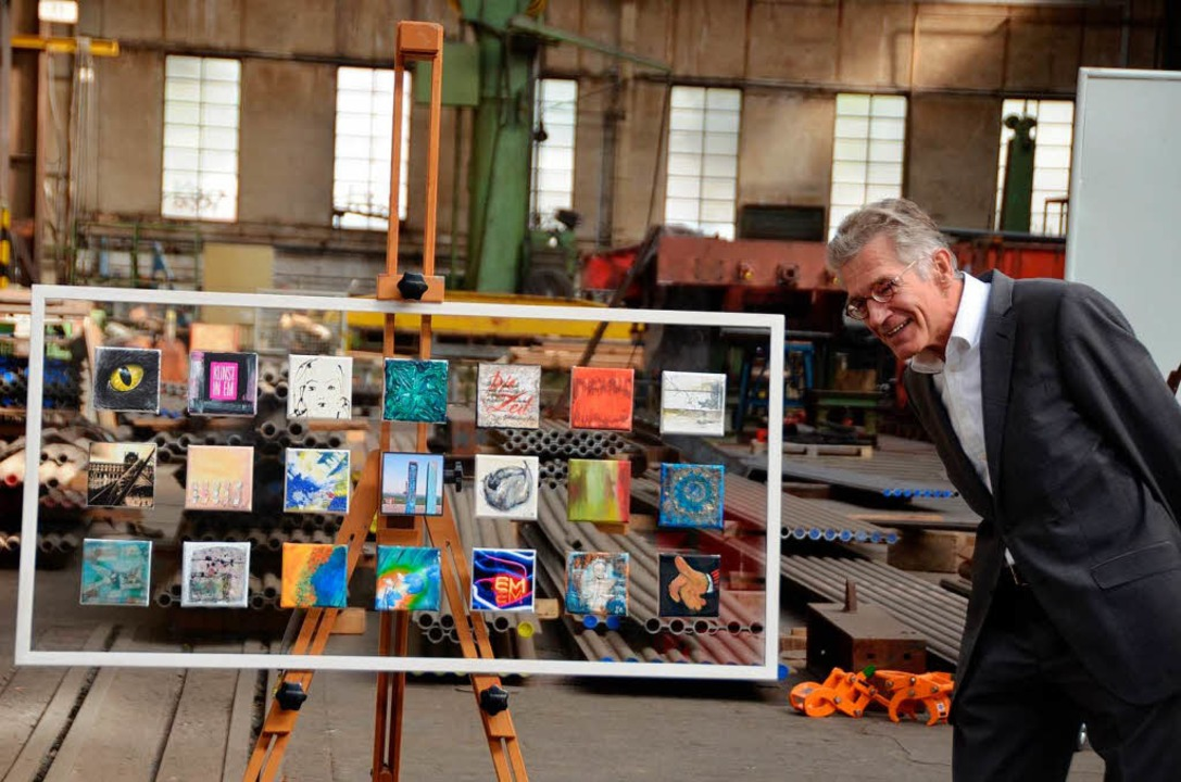 Volker Steinberg freut sich über das Geschenk der 20 Künstler.  | Foto: Sylvia-Karina Jahn