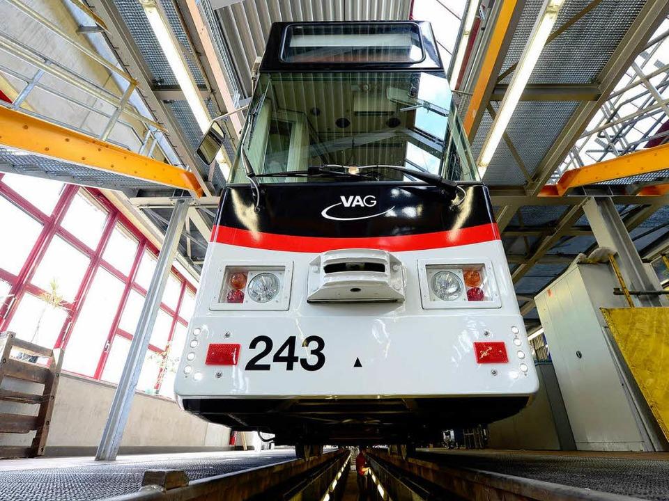Die Straßenbahn mit der Betriebsnummer...ein neues Äußeres – und Inneres.  | Foto: Ingo Schneider