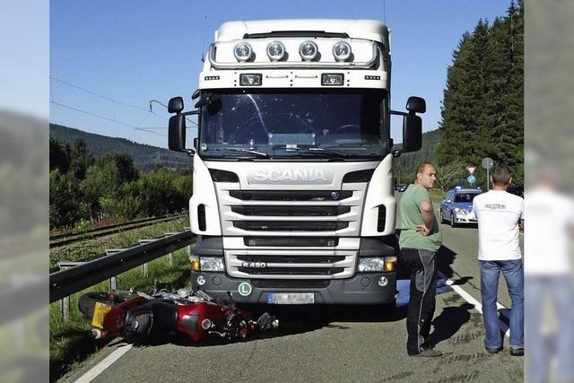Motorrad stößt mit Lastwagen zusammen