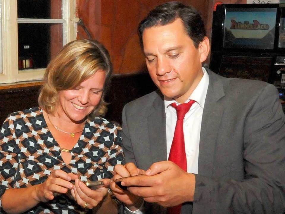 Reicht's? Yvonne und Johannes Fe...m Sonntag auf der Jagd nach Wahldaten.  | Foto: Zimmermann