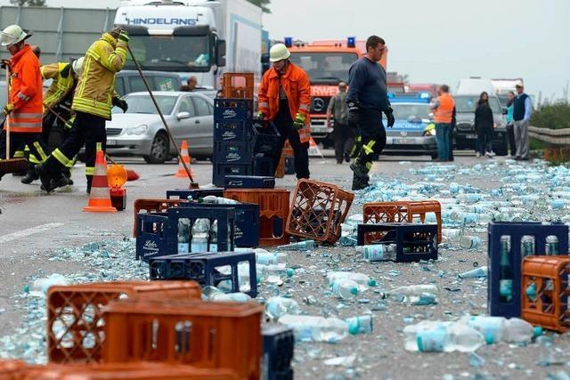 Laster verliert Getränkekisten – Scherbenteppich auf der A5