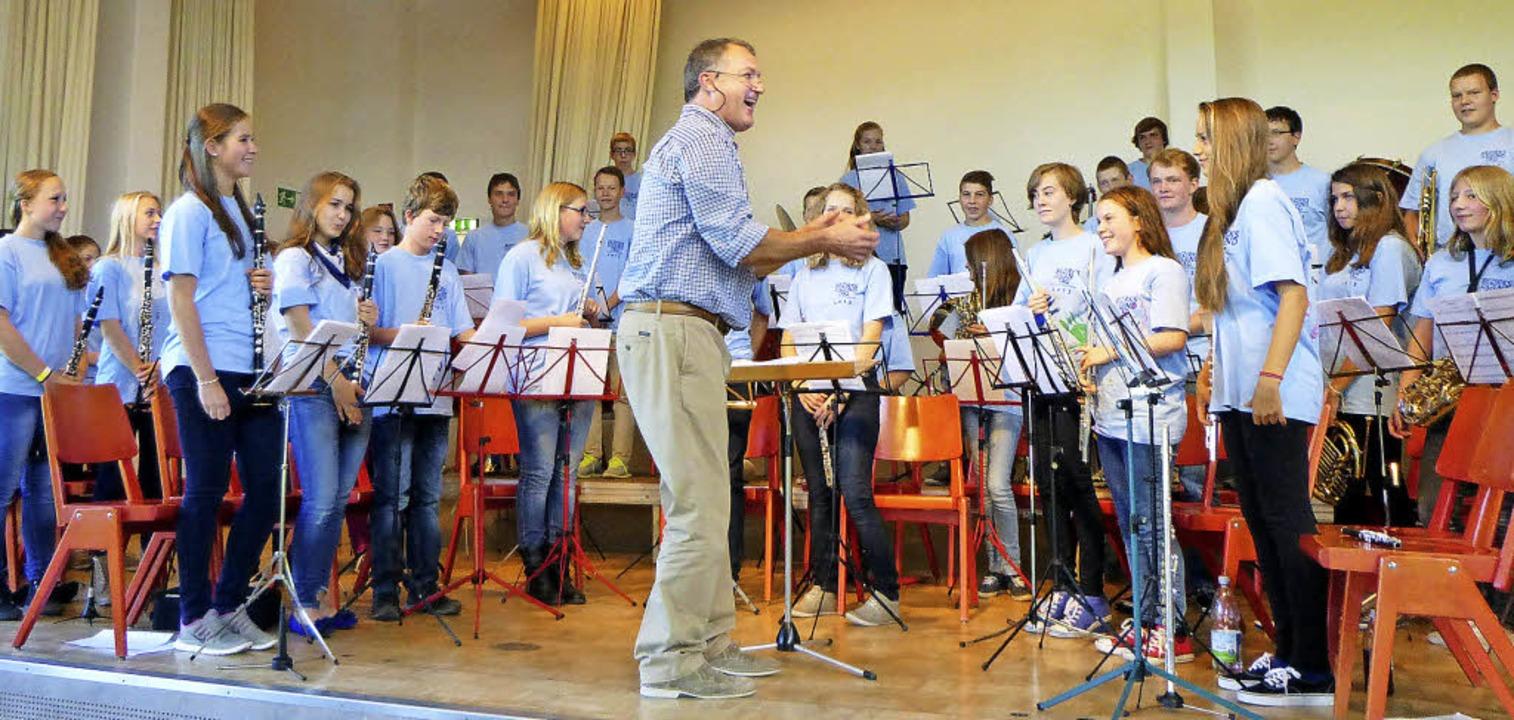 Applaus gab es auch vom Dirigenten Ale...r die Leistung der jungen Blasmusiker.    Foto: Anne Freyer
