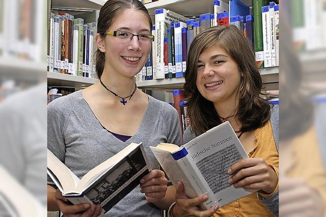 Schüler arbeiten an Gedenkbuch