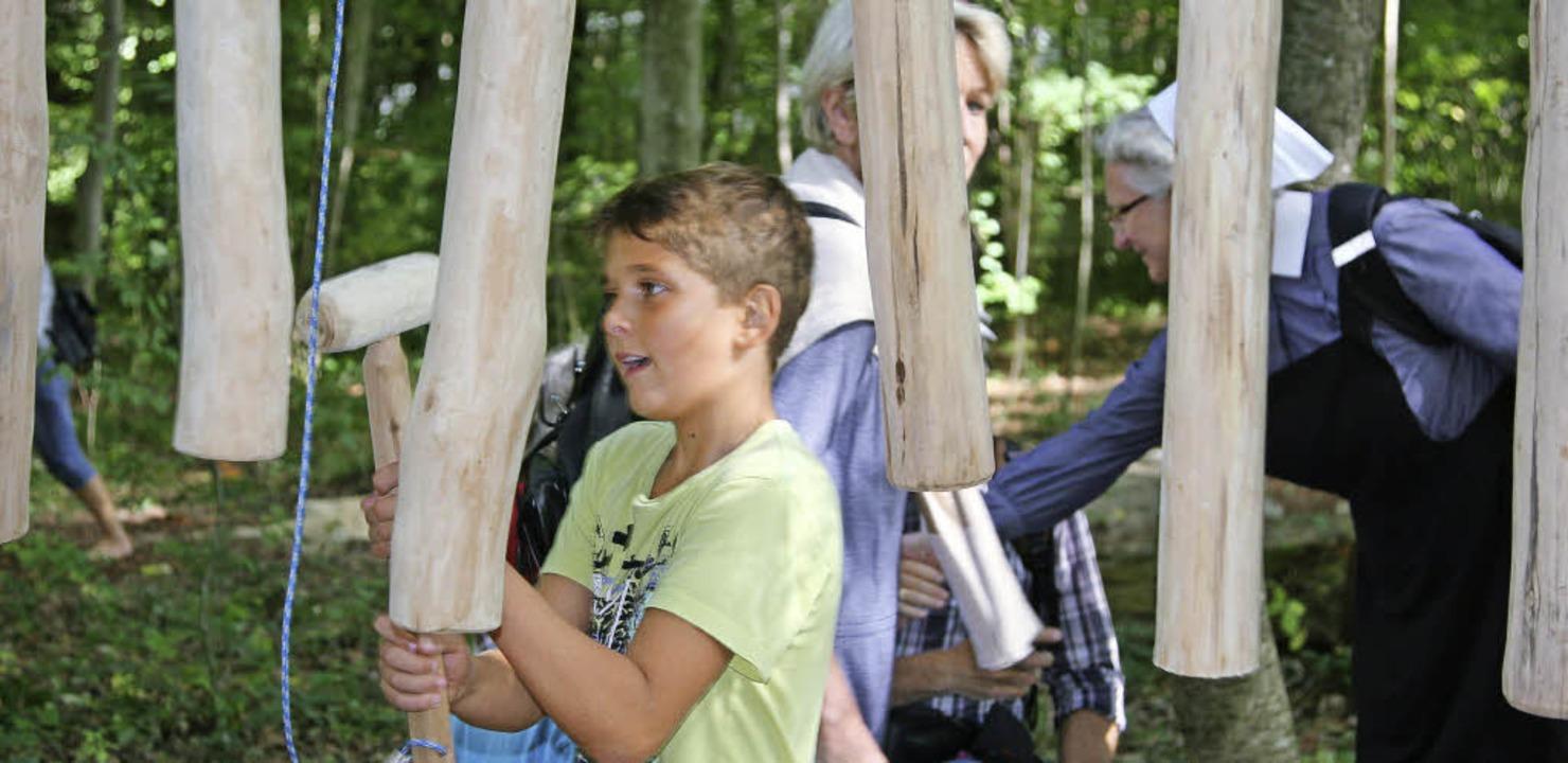 Jung und Alt amüsieren sich auf dem gerade eröffneten Generationenparcours.  | Foto: Katharina Bartsch