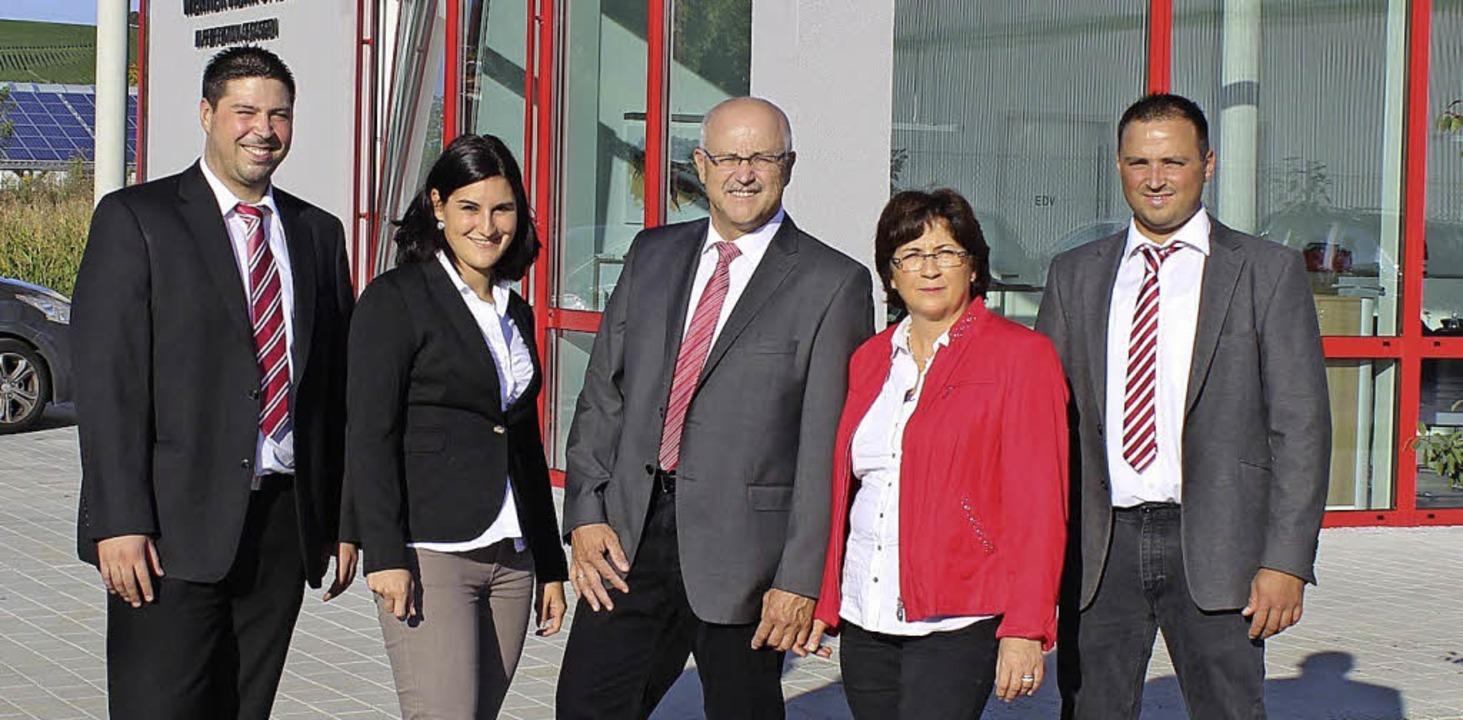 Die Unternehmerfamilie Herr mit Benjam...rr vor dem neuen Werk in Ehrenkirchen   | Foto: Herr