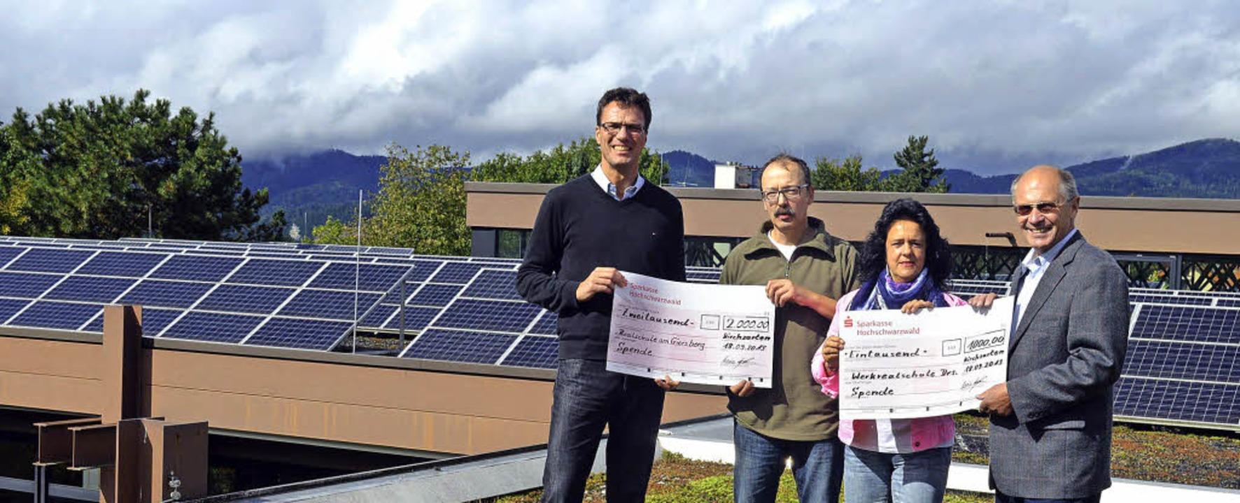 Spendenübergabe  in luftiger Höhe vor ...mann und Manfred Löffler (von links).   | Foto: Gerhard Lück