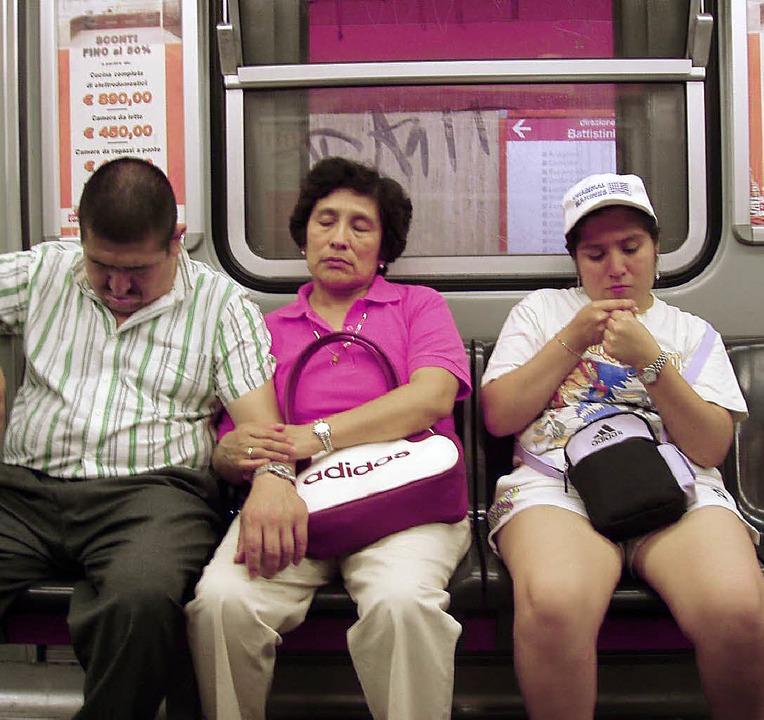 Müde Fahrgäste in der U-Bahn   | Foto: Zöller