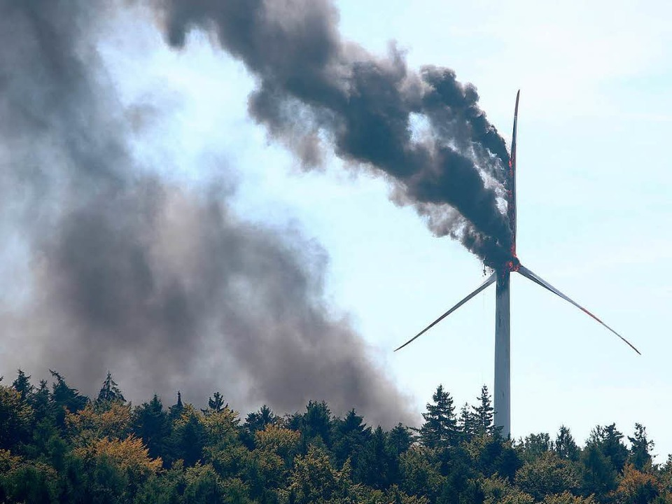 Das brennende Windrad verursachte eine große Rauchfahne.  | Foto: Christoph Breithaupt