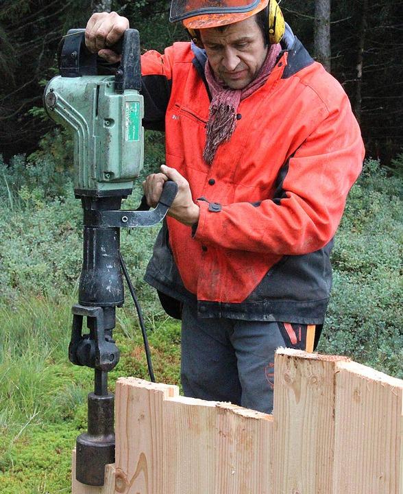 Pascal von Sengbusch treibt ein Holzbrett in den Boden.  | Foto: Joachim Frommherz