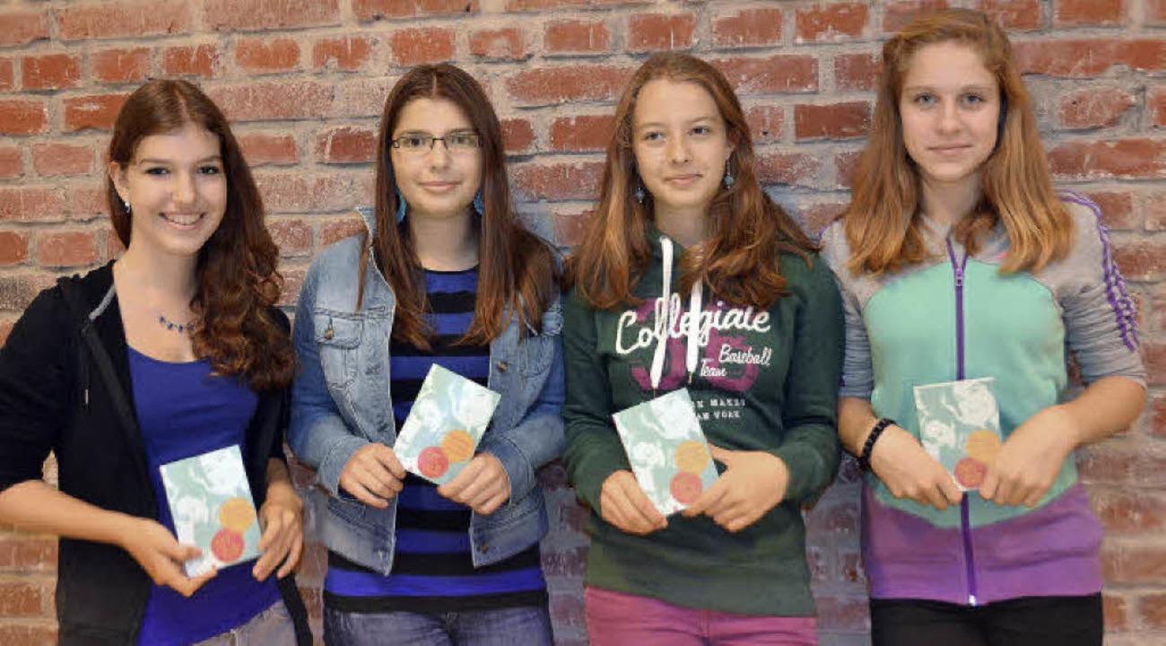 Anne Woyciechowsky, ihre Schwester Ell...von links) mit ihrem Mädchenkalender.   | Foto: Sarah Schneider