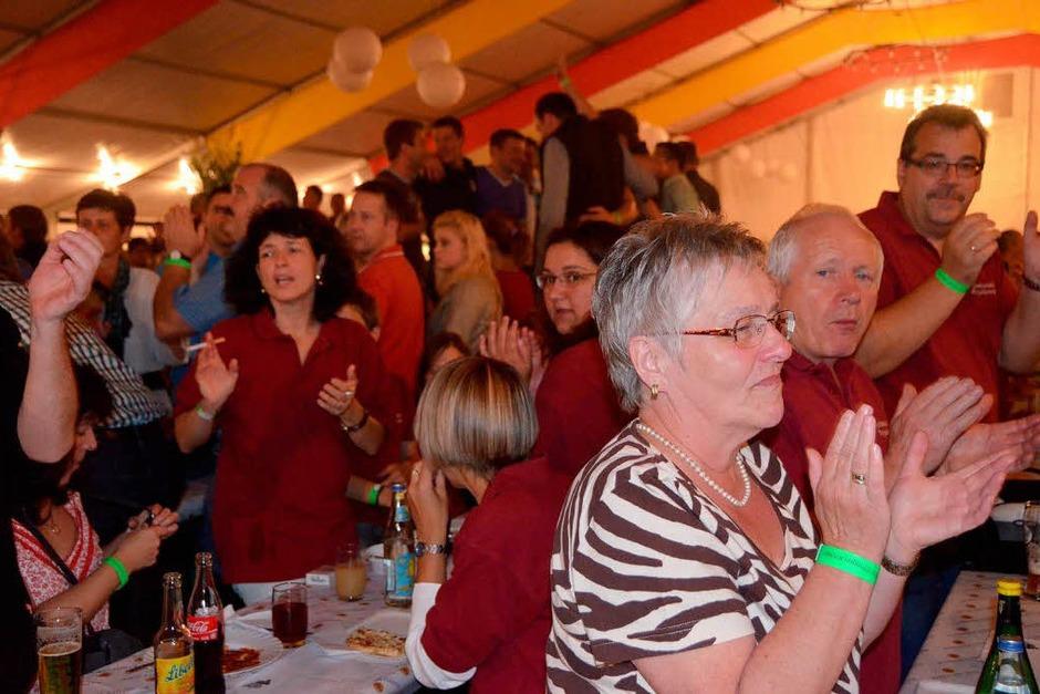 Von Anfang an stimmte die Stimmung beim 64. Winzerfestsamstag am Breitenstein in Efringen-Kirchen. (Foto: langelott)