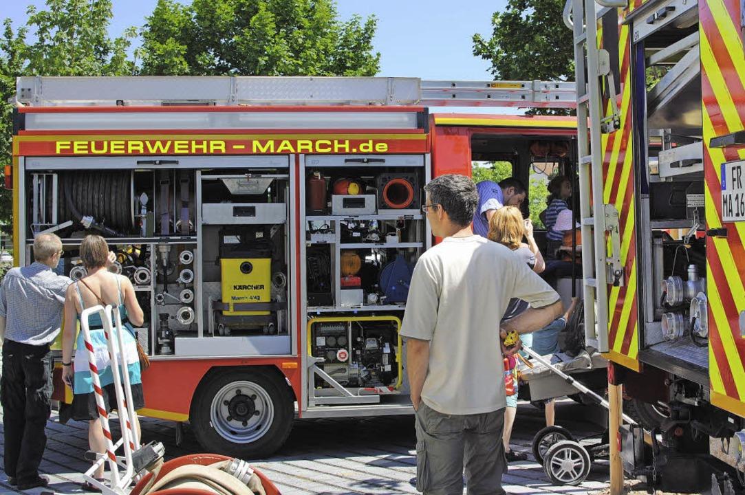 Jung und Alt können die Fahrzeuge der Feuerwehr beim Frühschoppen bestaunen.  | Foto: Manfred Frietsch