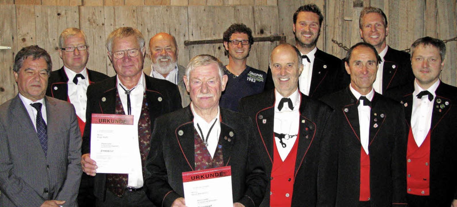 Gleich mit neun Ehrennadeln und Urkund...tmann und Heinz Steffe (je 50 Jahre).   | Foto: Manfred Lange