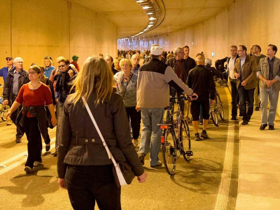 Im Tunnel: Tausende tauschten den Sonn...s künstliche Licht des neuen Tunnels.   | Foto: Baleszeskul